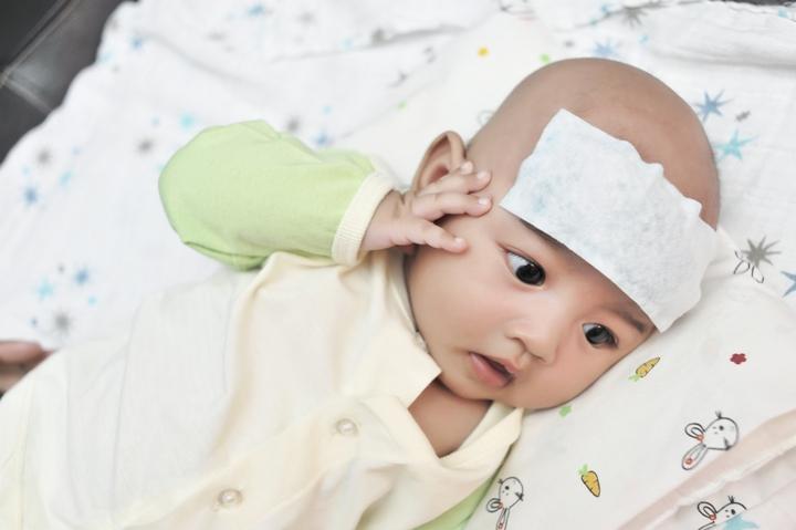 mengatasi bayi demam; Photo Credit: bundaupdate.com
